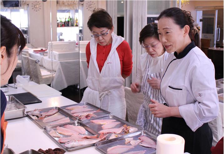 3. 料理にコツを教えてもらいながら、お料理が始まります。
